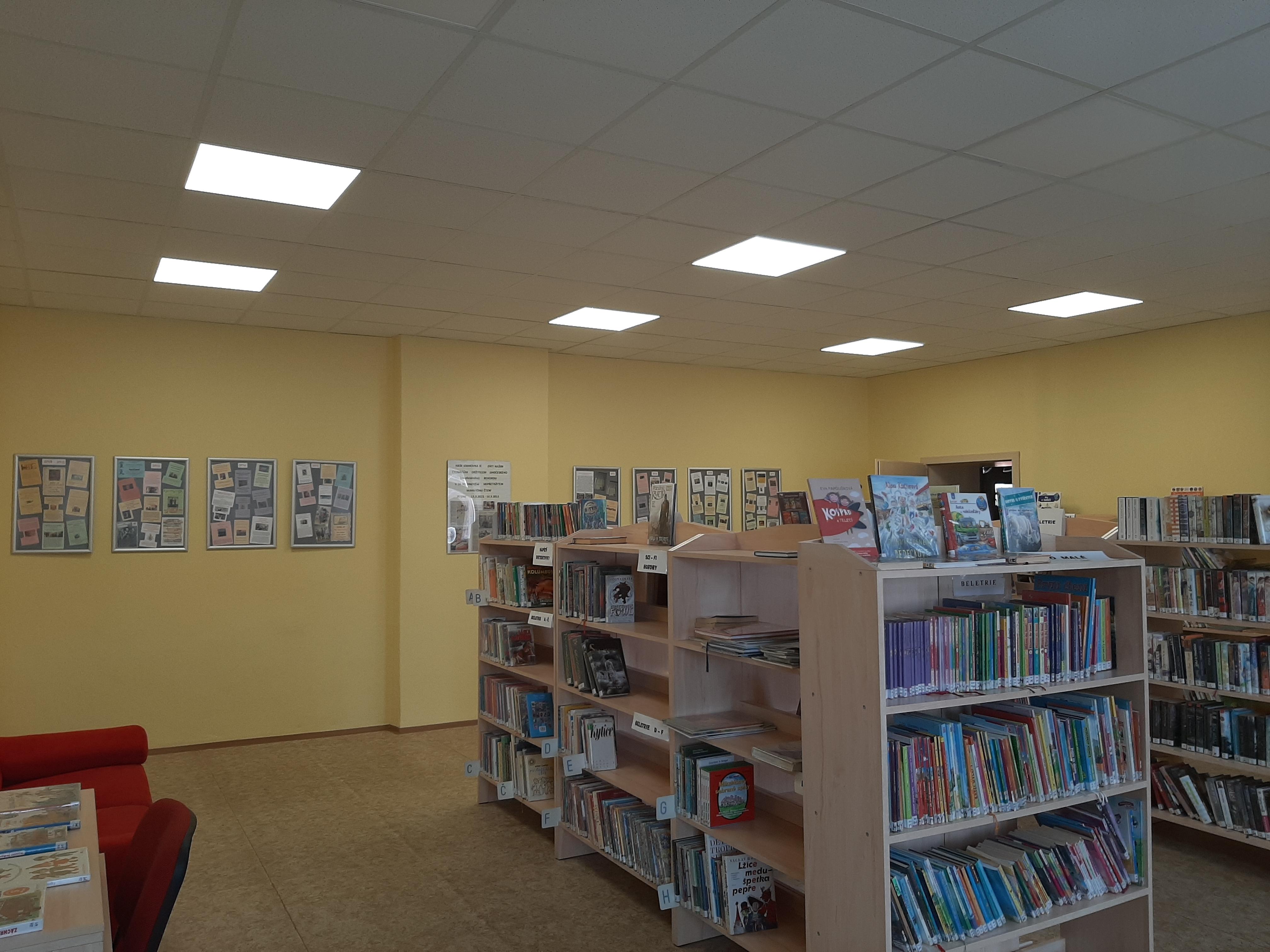 Fotografie stropu v knihovně městyse Malšice - Akustický podhled knihovna Malšice
